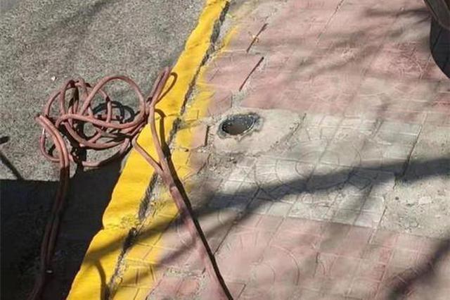 圈占停车空间后闲置?哈市邮政街446号附近停车桩被拆了
