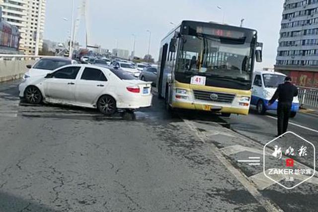 松浦大桥上一轿车突然变道与公交车、私家车相撞,3名乘客受伤