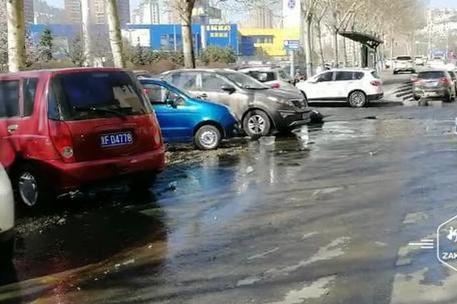南岗复旦街人行道一马葫芦冒水流了一地,居民出行无从下脚