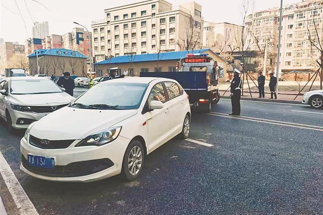 女子双排斜停车被处罚 交警提醒: 康政街两侧只允许 单排顺向