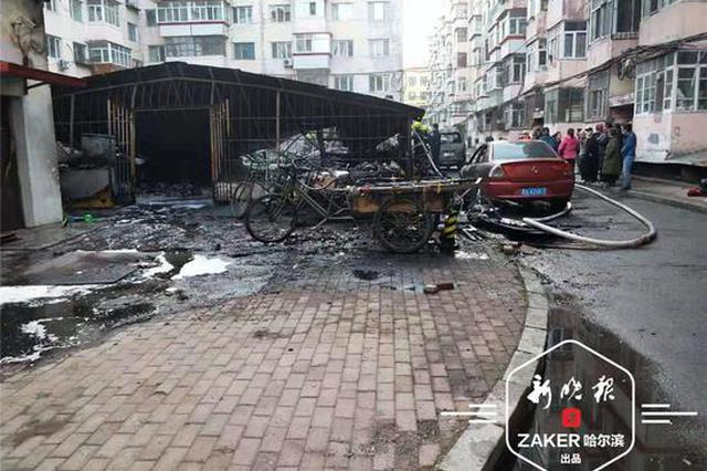 新发小区一车棚起火 部分电动车摩托车和两辆私家车被烧