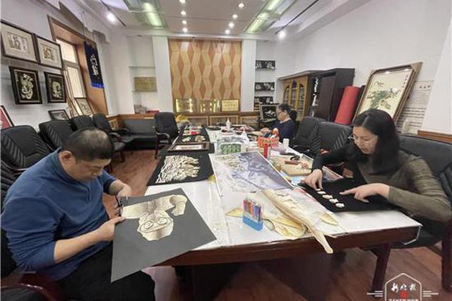 敲好看的赫哲族鱼皮画你见过吗?6月中下旬将在香坊区巡回展出