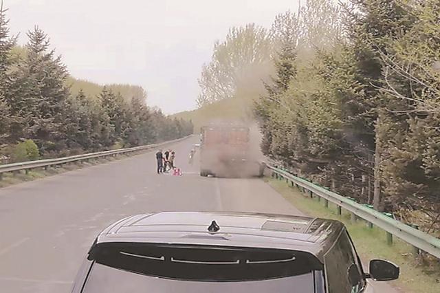 货车高速上起火 环卫工提起灭火器 向浓烟冲去