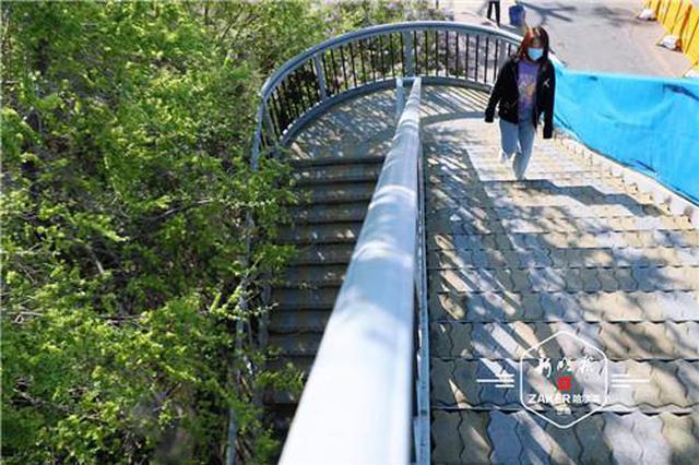 上新!不再溜溜滑~哈市这个过街天桥更换透水防滑桥面