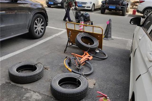 轮胎铁链一起上,工厂街178号区域停车位被圈占