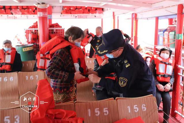 乘船过江务必穿救生衣!客运船舶须配备客位数100%成人救生衣