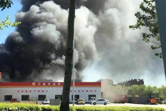 现场浓烟滚滚!松北大道一加油站建筑物起火,幸无人员伤亡