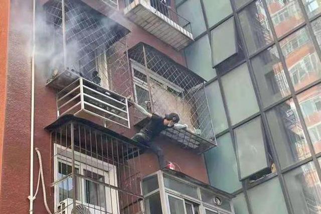 黑龙江小伙徒手爬上三楼阳台帮北京居民灭火