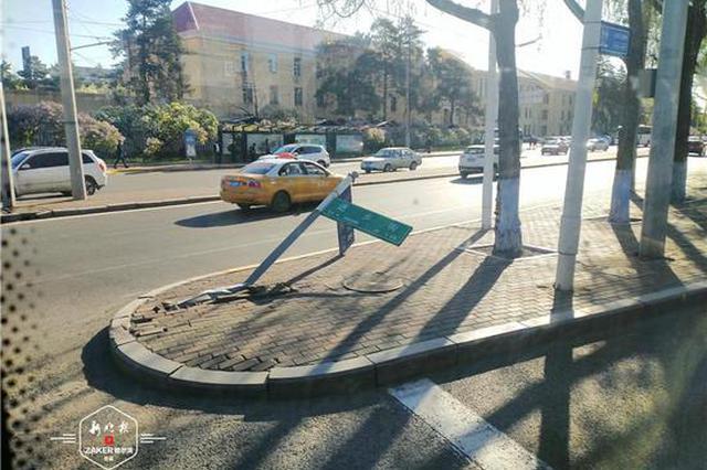 热心市民:三大动力路与进乡街交口的路牌倒了