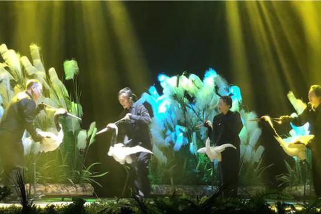 建(jian)黨百年獻zhuo)窬紜逗(dou)he)鳴》帶妝聯(lian)排,無語言yuan)硌莞gan)人至深(shen)