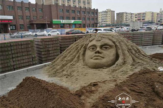 """工地沙堆上突现人脸沙雕,原来是有位身怀绝技的文艺范儿""""保"""