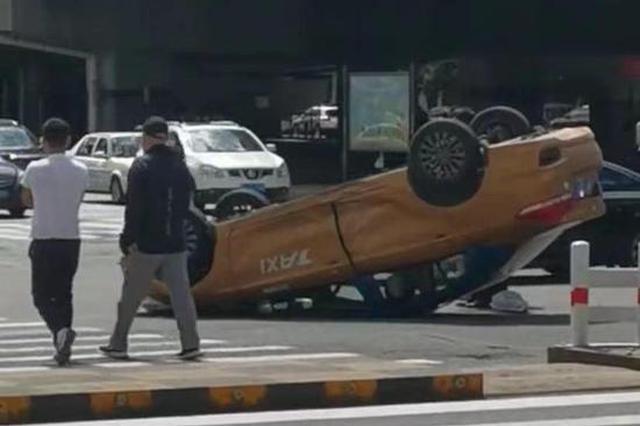 突发!中山路上两车碰撞,出租车倒扣在路中央……