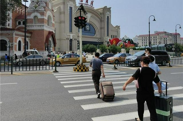"""绿灯10秒!旅客出站过街得""""飞奔"""" 地工街人行道信号灯太危险"""