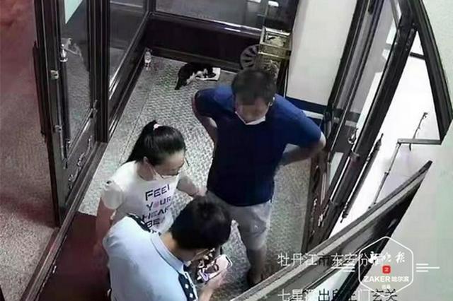 女子与骗子视频通话正要转账,民警一把夺下手机保住2万多