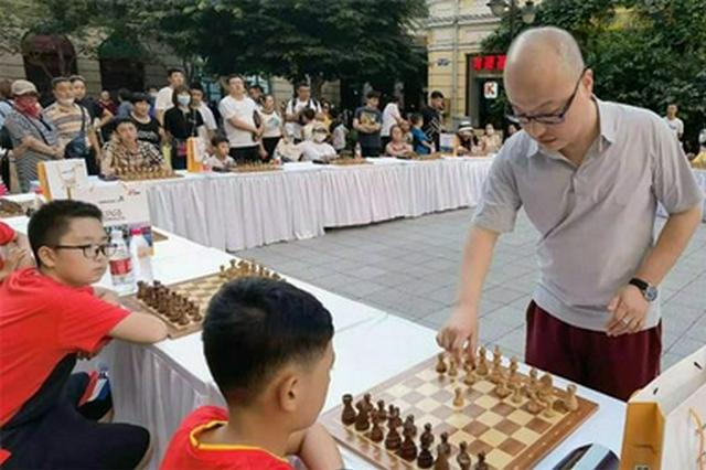 中央大街摆了好大一盘棋!20个小将挑战国象国际大师