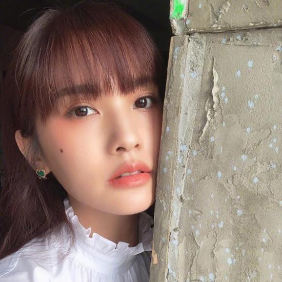 杨丞琳工作之余不忘自拍 橘色系妆容少女感十足