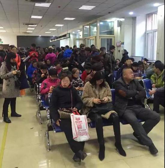 大厅内等待办理业务的市民