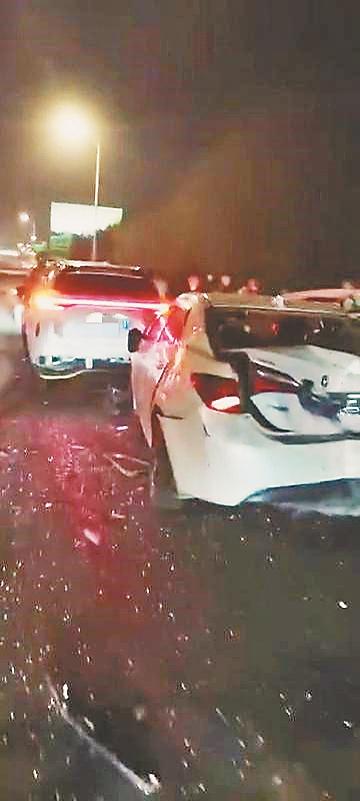 哈尔滨机场高速5车追尾 多车受损严重 3人受轻伤