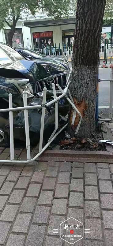 驾驶员突然发病 丰田SUV撞开护栏上了果戈里大街人行道