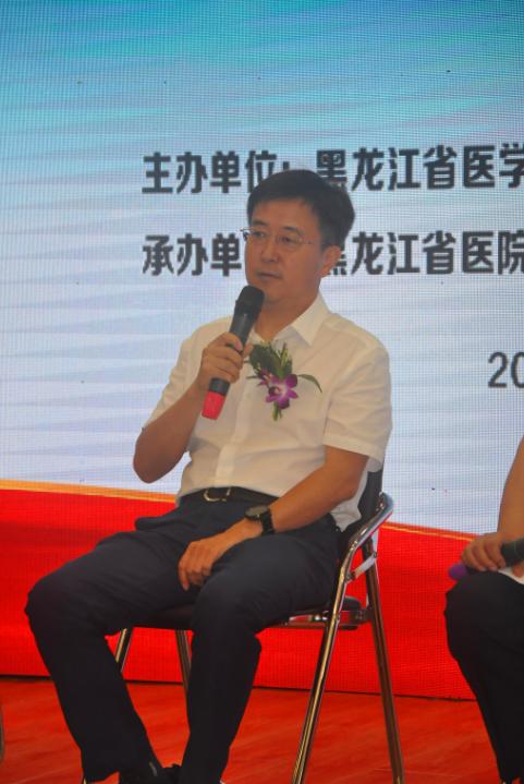 """省医院党委书记、院长石耀辉正在""""大师面对面""""环节上分享经验"""