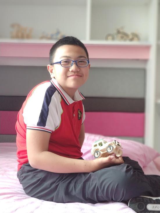 15岁的宋鸿祥虽承受着病魔之痛,但是脸上依然绽放微笑。