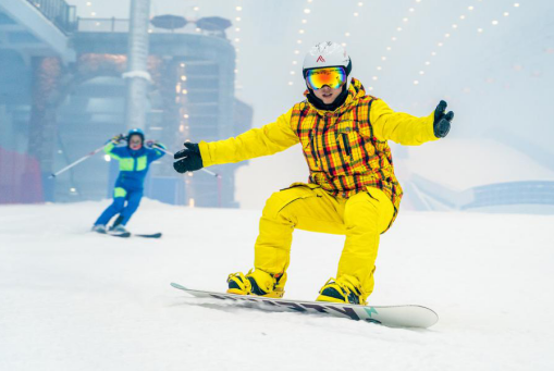 游客体验室内滑雪