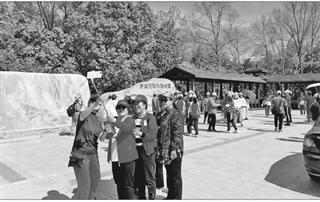 外地游客在茅兰沟公园拍照