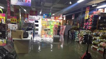 一场大雨袭冰城 不少地区积水严重