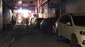 小区起火 消防车被私家车堵在外边