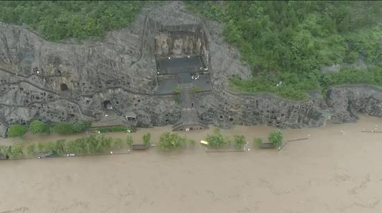 遭受洪水侵袭的龙门石窟景区