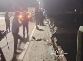 齐齐哈尔北江桥一机动车撞坏护栏坠江 驾驶员身亡