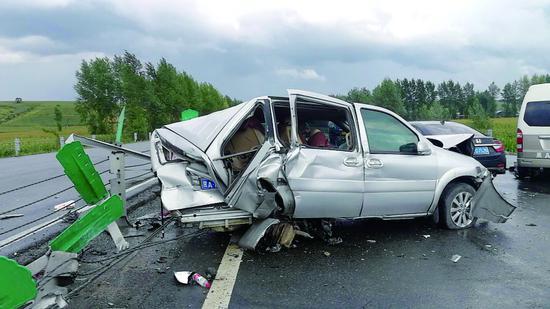 事故现场图片由市民提供
