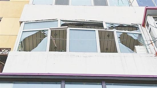 哈尔滨香坊区一民宅打火机充气罐爆燃 无人受伤