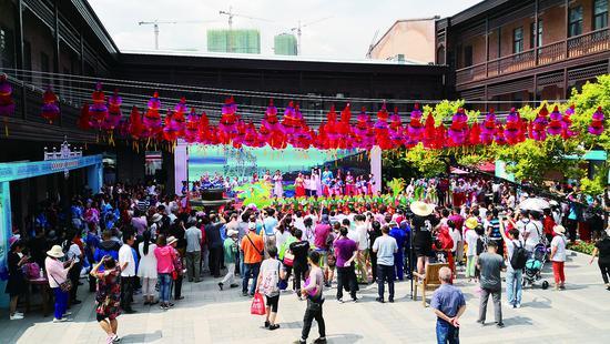 游客在中华巴洛克文化旅游区看文艺表演。生活报记者张清云摄