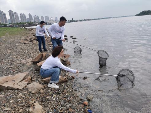 图片3:环保志愿者们在松花江边清理河道垃圾