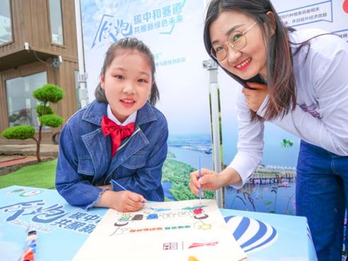 图片2:环保志愿者通过环保涂鸦的方式传播低碳环保常识