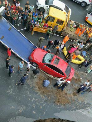 哈尔滨跃兴街塌陷两车已吊出 正回填