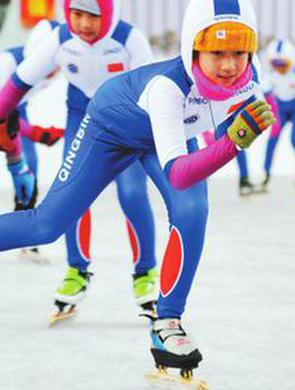清滨小学课后服务开展冰上运动