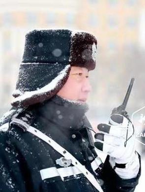 暴雪袭城 冰城民警暖心守护