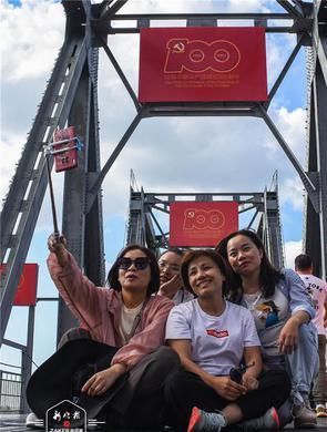 """百年滨洲铁路桥变身""""祝福桥"""""""
