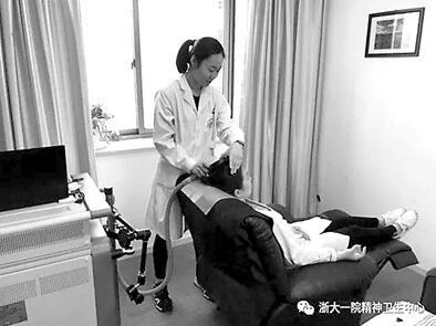 浙大一院精神卫生医生正在使用的就是物理干预治疗(rTMS)的仪器