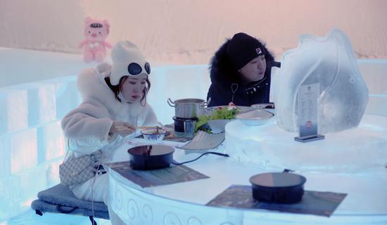 游客正在冰屋里面吃冰火锅。