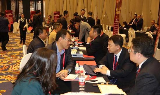 ↑ 图为未改制农村信用社与企业进行合作洽谈。