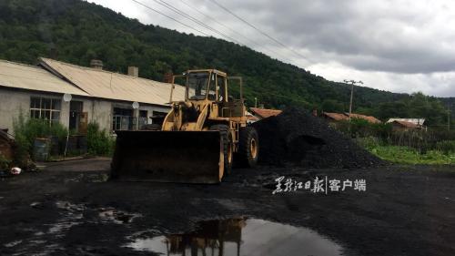 双鸭山市一家小煤厂院内堆放的煤堆。