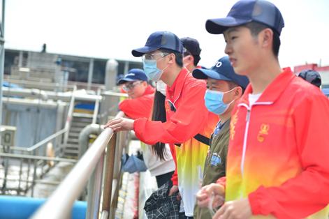图片1: 来自哈尔滨学院食品专业的师生们参观百威哈尔滨啤酒有限公司