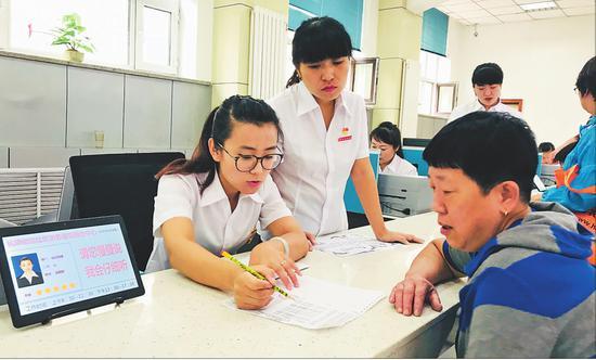服务中心工作人员为群众办理社区事务。本报记者马智博摄