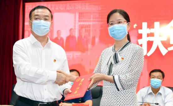 图:河南省红十字会万英副会长(右)向中国人寿河南省分公司朱海涛总经理(左)颁发捐赠证书