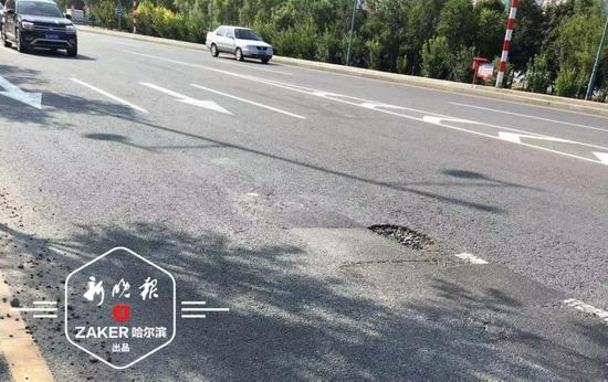 滨水大道路面破损出小坑 3辆车路过硌爆胎