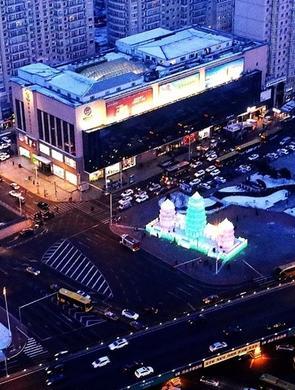 跨年夜哈尔滨江边车流人流爆满