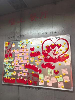 """传递爱心的""""捐面墙""""。"""